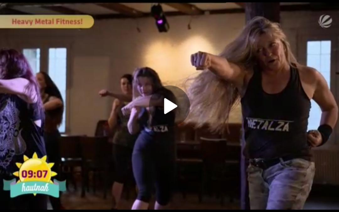 METALZA – Metal-Fitness mit Headbanging – SAT1-Moderatorin im Feldversuch